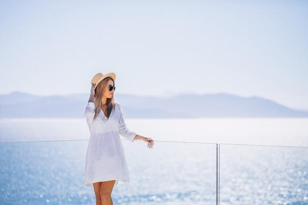 Jonge vrouw op een vakantie die het overzees bekijkt