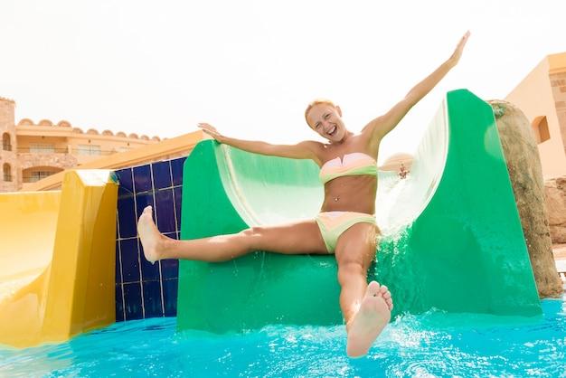 Jonge vrouw op een waterglijbaan