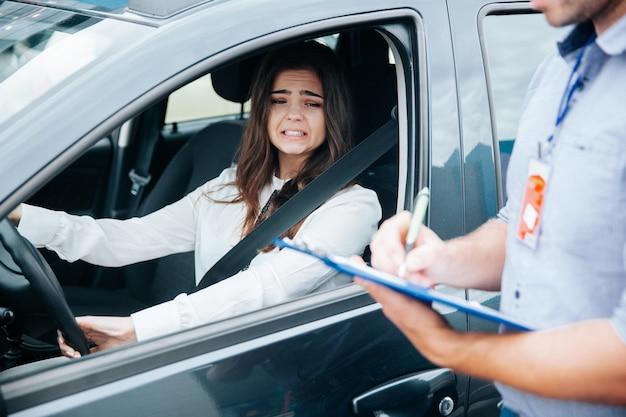 Jonge vrouw op haar rijbewijsexamen