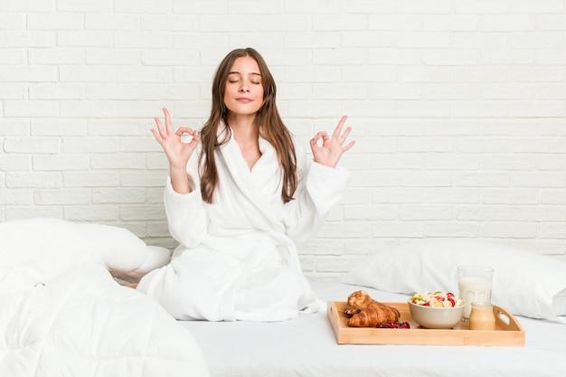 Jonge vrouw op het bed ontspant na een harde werkdag