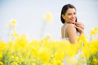 Jonge vrouw op het de lentegebied