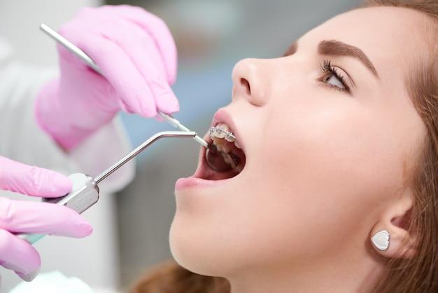 Jonge vrouw op het kantoor van de tandarts