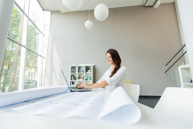 Jonge vrouw op kantoor