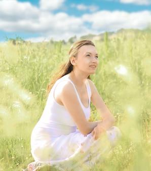 Jonge vrouw op lente weide.photo met kopie ruimte