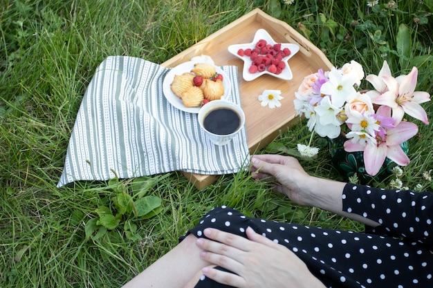 Jonge vrouw op picknick, bovenaanzicht, bijgesneden.