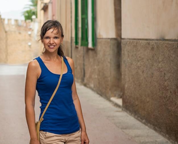 Jonge vrouw op straat mallorca. zonnige zomerdag.