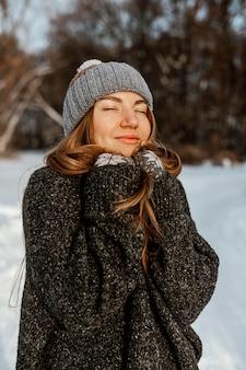 Jonge vrouw op winterdag