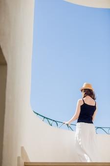 Jonge vrouw op zoek naar buiten van terras