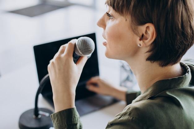 Jonge vrouw opname stem acteren in de studio