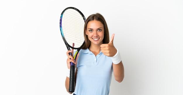 Jonge vrouw over geïsoleerde witte achtergrond tennissen en met duim omhoog