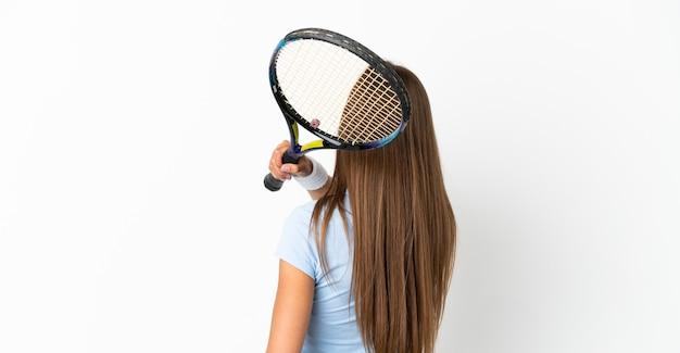 Jonge vrouw over geïsoleerde witte achtergrond tennissen