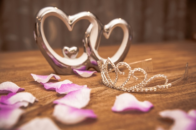 Jonge vrouw pakt cadeaus in ter gelegenheid van de gelegenheid, zoals verjaardag, valentin, bruiloft, nieuwjaar, naam dag, vaderdag, moederdag