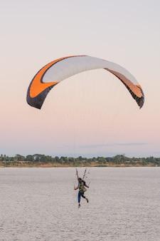 Jonge vrouw parachutespringen naar de grond riverside