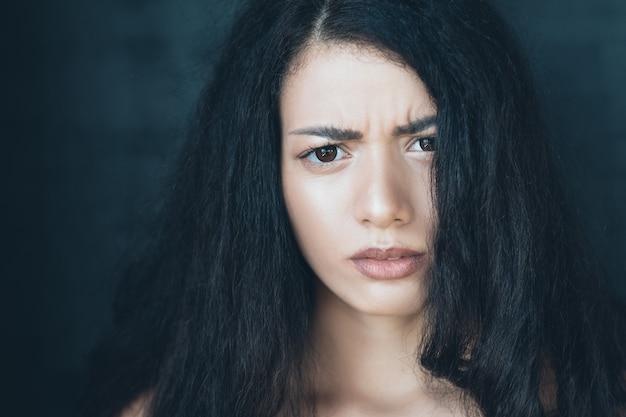 Jonge vrouw portret. bezorgd bezorgde gezichtsuitdrukking