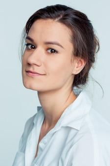 Jonge vrouw portret met gelukkige emoties