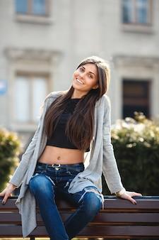 Jonge vrouw poseren in de stad