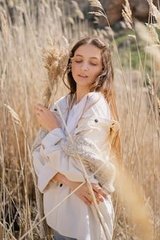 Jonge vrouw poseren in een veld