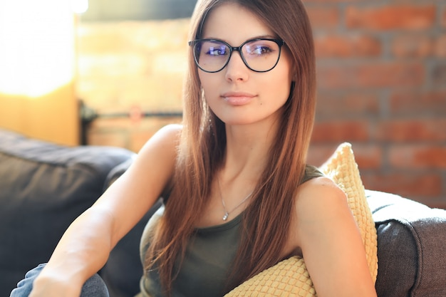 Jonge vrouw poseren in het huis