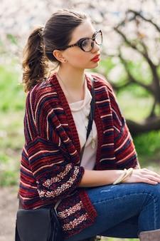 Jonge vrouw poseren in het park
