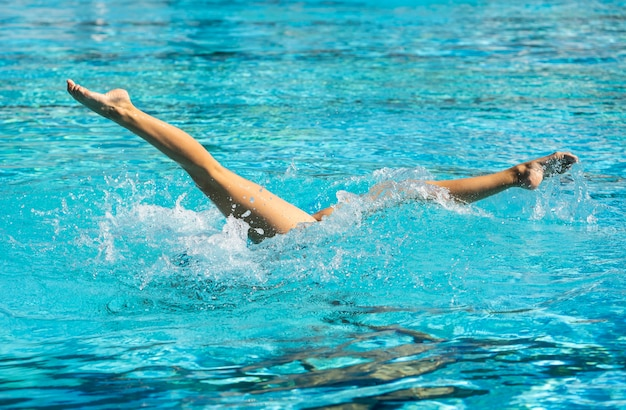 Jonge vrouw poseren in het zwembad