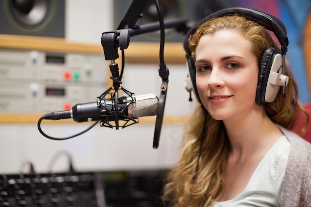 Jonge vrouw poseren met een microfoon