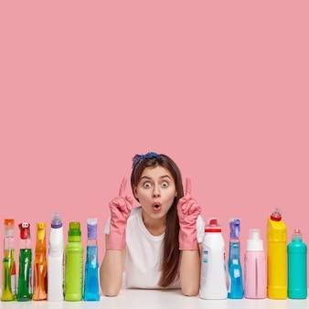 Jonge vrouw poseren met schoonmaakmiddelen