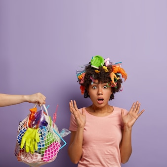 Jonge vrouw poseren met vuilnis in haar haar
