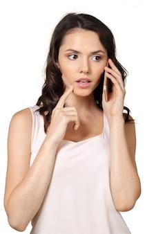 Jonge vrouw praten op mobiele telefoon