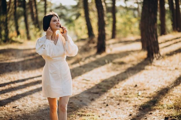 Jonge vrouw praten over de telefoon in park