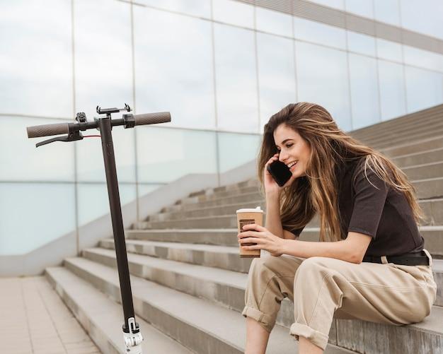 Jonge vrouw praten over de telefoon