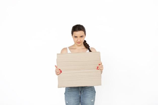 Jonge vrouw protesteert met een leeg bord