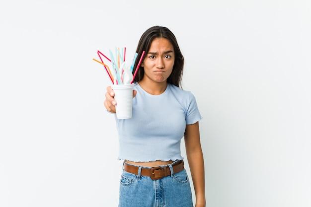 Jonge vrouw protesteert tegen klimaatverandering en het misbruik van plastic
