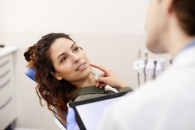 Jonge vrouw raadplegende tandarts