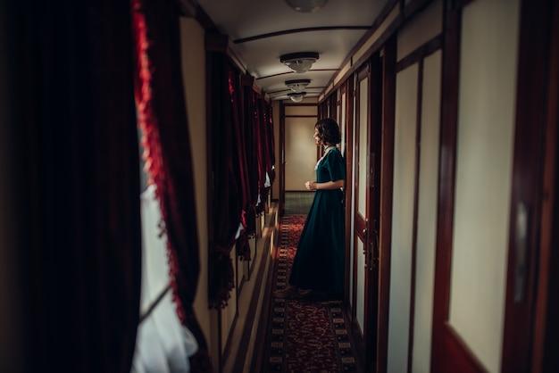 Jonge vrouw reist, vintage treincoupé