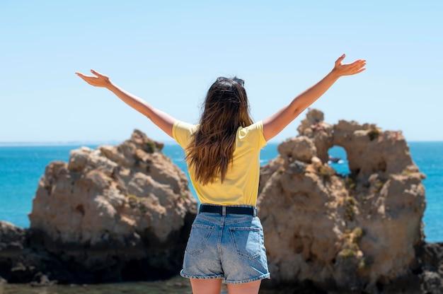 Jonge vrouw reist zonder covid aan zee