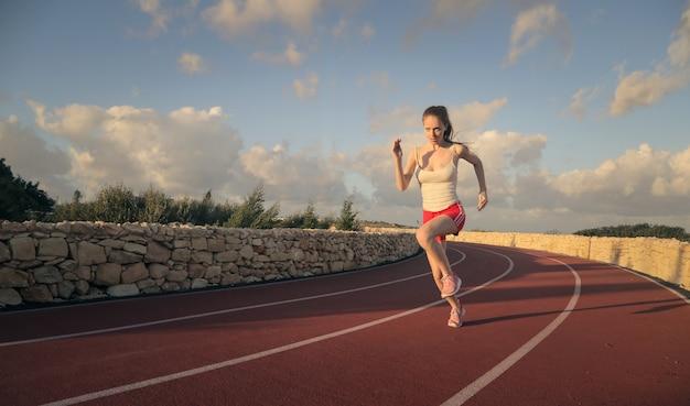 Jonge vrouw rennen