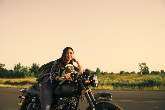 Jonge vrouw rijden met motor op straat, genieten van vrijheid en actieve levensstijl.