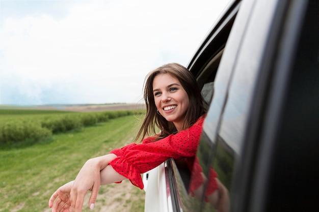 Jonge vrouw rijdende auto