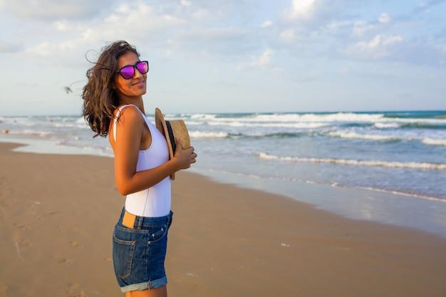 Jonge vrouw rijtjes op het strand