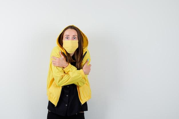 Jonge vrouw rillend van de kou