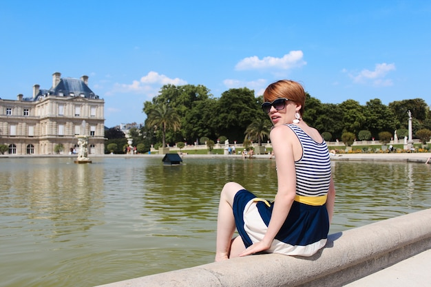 Jonge vrouw rust uit in de jardin du luxembourg