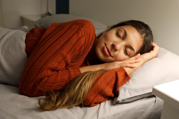 Jonge vrouw rustig slapen op het bed