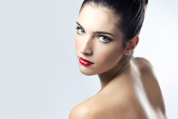 Jonge vrouw salon witte natuurlijke duidelijk