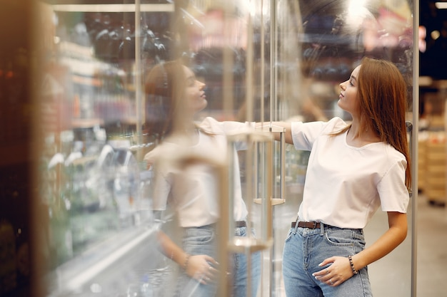 Jonge vrouw shoppong in supermarkt