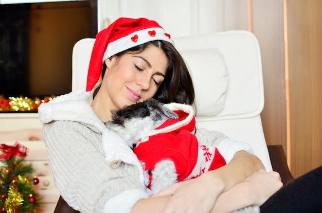 Jonge vrouw slapen met haar hond