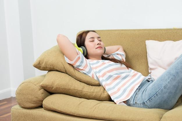 Jonge vrouw slapen met sofa thuis