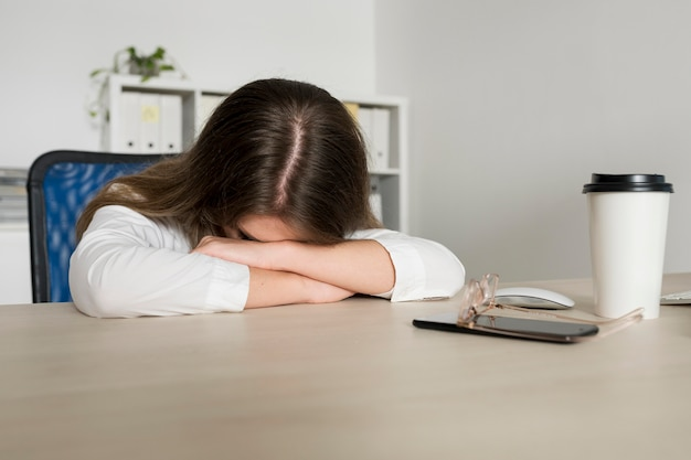 Jonge vrouw slapen op het werk