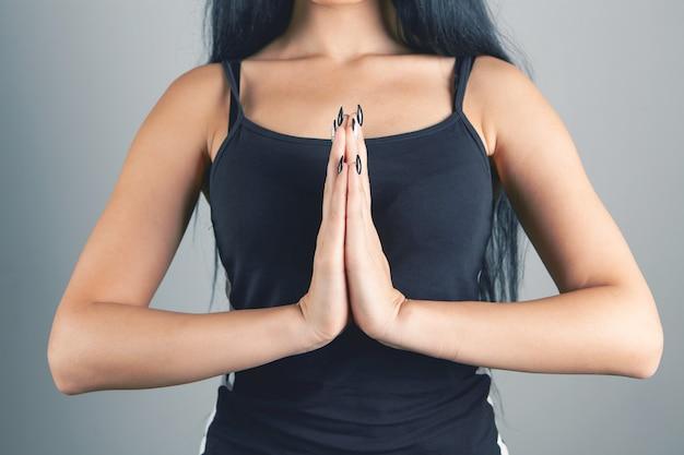 Jonge vrouw sloeg de handen ineen in gebed