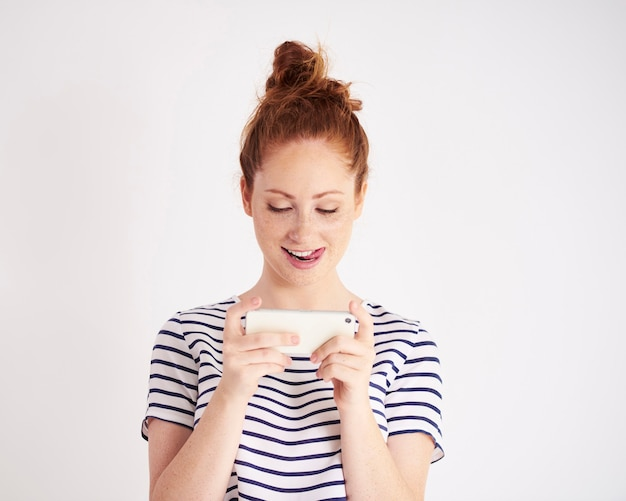 Jonge vrouw sms schot