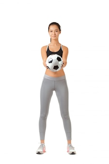 Jonge vrouw speelt met een voetbal
